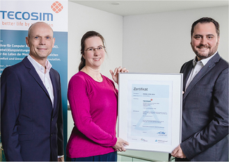 Vertriebsleiter der TÜV Rheinland Cert GmbH, (rechts) übergibt die Urkunde an Dr. Torben Birker (links), Vorstand der TECOSIM-Gruppe und an Kirstin Kasper, Chief Information Security Officer, der TECOSIM Technische Simulation GmbH.